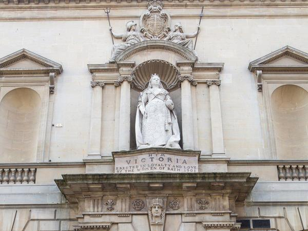 Image: Statue of Queen Victoria on the exterior of the Gallery